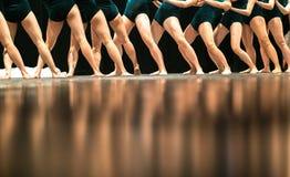 Beine von Balletttänzern auf Stadium im Theater Stockbilder