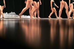 Beine von Balletttänzern auf Stadium im Theater Lizenzfreie Stockbilder
