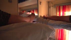 Beine von den Leuten, die im Schlafenwagen der zweiten Klasse liegen stock video footage