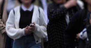 Beine von gehenden Leuten an der Überfahrt an regnerischem Tag Shibuya Tokyo stock video