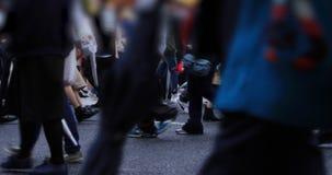 Beine von gehenden Leuten an der Überfahrt an regnerischem Tag Shibuya Tokyo stock video footage