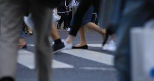 Beine von gehenden Leuten an der Überfahrt an regnerischem Tag Shibuya Tokyo stock footage
