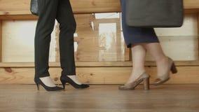 Beine von Geschäftsfrauen in den hohen Absätzen, die im Café sich treffen stock video