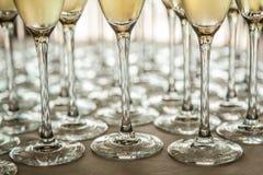 Beine von Gläsern mit kaltem Champagner, Nahaufnahmen stockfoto
