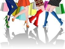 Beine von vier Mädchen mit Einkaufstaschen Stockbild