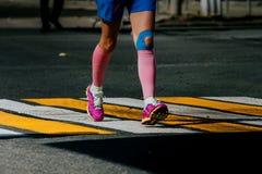 Beinfrauenathleten in den Kompressionssocken Stockfotografie
