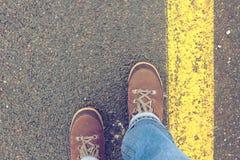 Beinreisender, der auf eine gepflasterte Straße geht Stockfoto