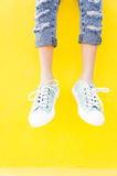 Beinturnschuhe auf gelbem Hintergrund, Lebensstilmode Lizenzfreie Stockbilder
