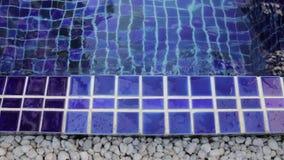 Beira azul das telhas do quadrado da argila da piscina simples video estoque