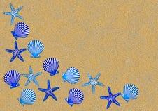 Beira azul do escudo na areia. fotos de stock royalty free