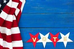 Beira da bandeira americana no sinal de madeira rústico do VOTO Imagens de Stock Royalty Free