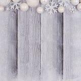 Beira da parte superior do ornamento do White Christmas com neve na madeira branca Fotografia de Stock Royalty Free
