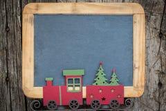 Beira das decorações da árvore de Natal no quadro-negro de madeira do vintage fotografia de stock