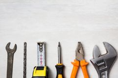 Beira das ferramentas do hardware, em uma mesa foto de stock royalty free