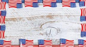 Beira de bandeiras pequenas dos EUA em placas rústicas com cores nacionais Imagem de Stock Royalty Free