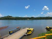 Beira de estados, no sul de Brasil cruzando o rio de Uruguai fotografia de stock