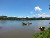 Beira de estados, no sul de Brasil cruzando o rio de Uruguai foto de stock
