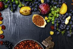 Beira de impulso do fundo do alimento natural do cérebro com frutos, porcas, baga Alimentos altos na vitamina C, vitaminas, miner fotografia de stock royalty free