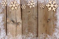 Beira de madeira da parte superior do floco de neve do Natal com quadro da neve na madeira Fotografia de Stock Royalty Free