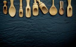 Beira de madeira dos utensílios de cozimento Colheres de madeira e colheres de madeira Imagens de Stock