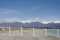 A beira de Rússia e Abkhásia, uma cerca e montanhas imagem de stock royalty free