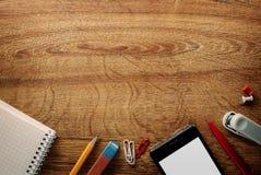 Beira de vários materiais de escritório e artigos de papelaria Imagem de Stock Royalty Free