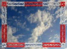 Beira decorativa vermelha e branca da construção dos fardos contra o céu Ilustração Royalty Free