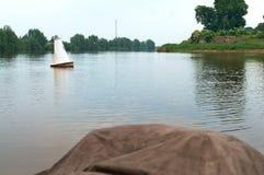 A beira do canal no rio, flutuador da boia no rio imagem de stock