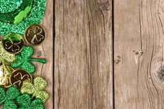 Beira do lado da decoração do dia do St Patricks sobre a madeira rústica Foto de Stock