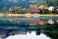 A beira do lago antiga chinesa da construção Foto de Stock