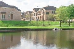 A beira do lago construiu recentemente casas perto do parque urbano em América Imagem de Stock