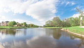 A beira do lago construiu recentemente casas perto do parque urbano em América Fotografia de Stock