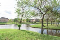 A beira do lago construiu recentemente casas perto do parque urbano em América Fotos de Stock Royalty Free