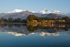 Beira do lago de Pokhara Imagem de Stock