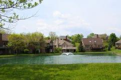 A beira do lago dirige a comunidade Imagem de Stock