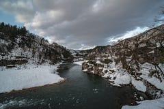 Beira do lago e opinião nevado da natureza da paisagem da montanha imagens de stock