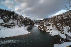 Beira do lago e opinião nevado da natureza da paisagem da montanha imagem de stock royalty free