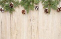 Beira do Natal com os galhos da árvore de abeto e os cones do pinho Imagem de Stock
