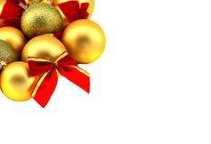 Beira do Natal com quinquilharias douradas em um fundo branco Foto de Stock Royalty Free