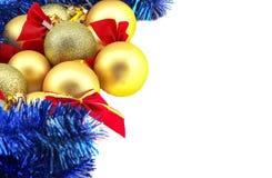 Beira do Natal com quinquilharias douradas em um fundo branco Fotos de Stock