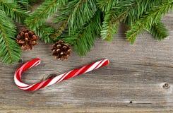 Beira do Natal com ramos e decorações em de madeira rústico foto de stock