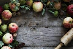 Beira do outono dos frutos na tabela de madeira Imagem de Stock Royalty Free