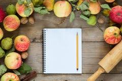 Beira do outono dos frutos na tabela de madeira Fotos de Stock