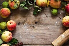 Beira do outono dos frutos na tabela de madeira Foto de Stock Royalty Free