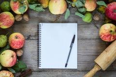 Beira do outono dos frutos na tabela de madeira Foto de Stock