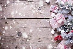 Beira dos presentes de Natal envolvidos, ramos de árvore da pele, b vermelho Imagem de Stock