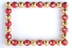 Beira feita do vermelho e dos Baubles do ouro fotos de stock