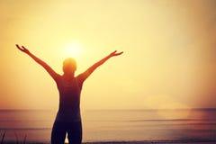 Beira-mar aberto do nascer do sol dos braços da mulher segura forte foto de stock royalty free
