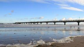 Beira-mar Báltico com onda do mar e ponte longa com espuma fotos de stock royalty free