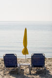 Beira-mar com deckchair Imagens de Stock